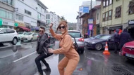 Kerimcan Durmaz ve İrem Derici sokak ortasında kalça dansı yaptı