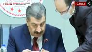 Sağlık Bakanı Koca, basın toplantısında sosyal mesafeyi böyle korudu: Bana yaklaşma
