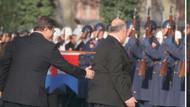 Davutoğlu konuk başbakanın kolundan tuttu ve..