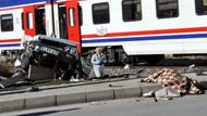 Tren otomobile çarptı: 2 ölü!