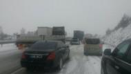 İstanbul - Ankara otoyolu kar yağışından kapandı..