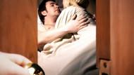 Karısını salonda sevişirken basınca...