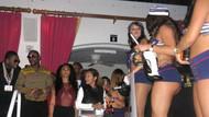 Floyd Mayweather zaferini kızlarla kutladı