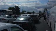 TEM'de tır minibüse çarptı.. Trafik felç!