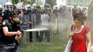 Kırmızılı kadına gaz sıkan polis: Ben yapmadım ağaç yaptı!