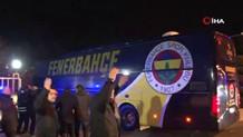 Fenerbahçe taraftarı Samandıra'da takım otobüsüne böyle saldırdı