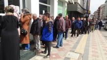 Banka önlerindeki metrelerce kuyruk isyan ettirdi