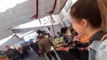 Anneannesi için alışverişe çıkan genç kadın ile pazarcının moral düeti