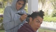 Ronaldo'nun saçlarını sevgilisi kesiyor-Video
