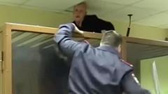 Mahkeme salonundan firar girişimi: Kurşun geçirmez cam kafesten kaçmaya çalıştı