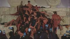 Madonna'nın kızı sahnede sanat için soyundu, sosyal medya yıkıldı