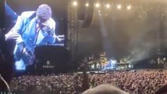 Elton John gözyaşları içinde sahneyi terk etti