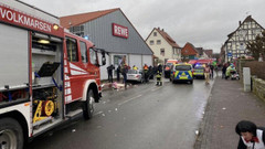 Karnaval konvoyuna daldı, 30 kişiyi yaraladı
