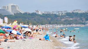 Antalya'da bitmeyen yaz! Turistler denizin tadını çıkardı