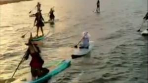 Florida'da cadılar dolunayı karşılamak için denize açıldı
