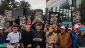 Hürriyet'ten mektupla kovulan gazeteciler bina önünde eylem yapıyor