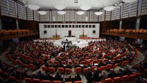 Meclis'teki kadın personele hat göstermeyen kıyafet uyarısı