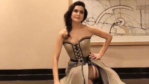 Şevval Sam transparan dekolteli kıyafetiyle instagramı salladı