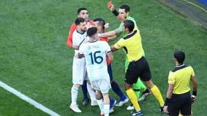 Lionel Messi ve Gary Medel arasında büyük gerilim!
