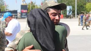 Asker bir anda gözyaşlarına boğuldu: Üzülme, ben de annenim