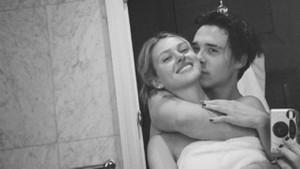Beckham çiftinin oğlu aşka geldi! Sevgilisinin doğum gününde banyodan paylaştı