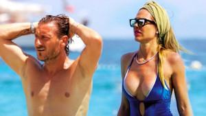 Totti'nin eşi Ilary Blasi'nin plaj görüntüleri sosyal medyayı salladı