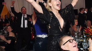 Sharon Stone da sütyensiz kervanına katıldı