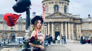Paris'te Sevgililer Günü'nde üstsüz protesto