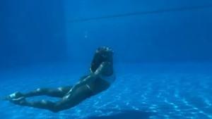 Rus senkronize yüzücü su altındaki dansıyla büyüledi