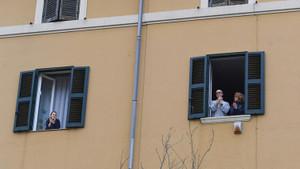 Corona virüs salgınında yeni akım! Balkonlardan yayılıyor
