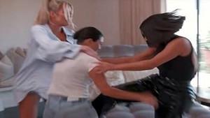 Kardashian kardeşler saç saça baş başa kavga etti