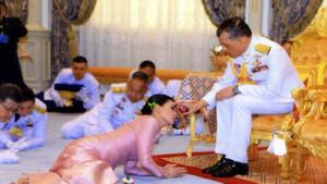 Tayland Kralı 20 cariyesiyle birlikte corona virüsten kendini izole etti