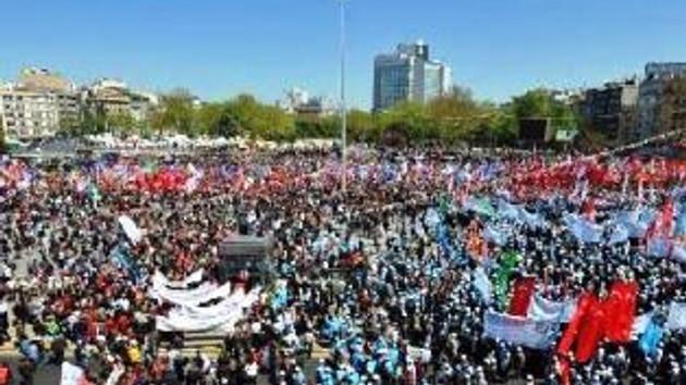 Kalabalık meydandan taşıyor! Taksim'de şuan!