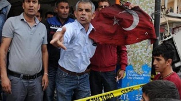Reyhanlı'da yanmış bayrakla protesto yürüyüşü!
