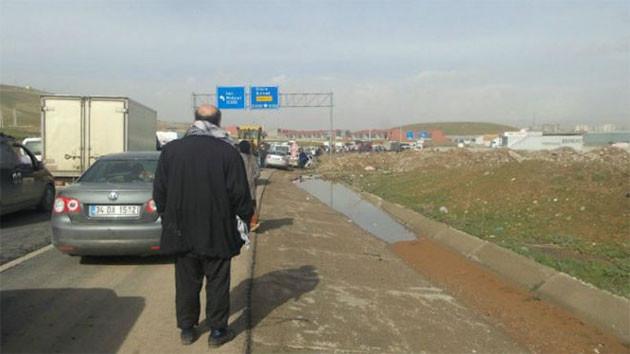 Silopi-Cizre yolunda tırlar, yolcular, hastalar bekliyor