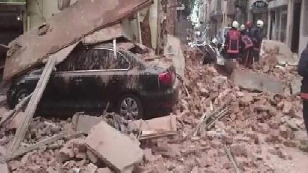 Kumkapı'da metruk bina çöktü; bir çocuk enkaz altında kalmış olabilir