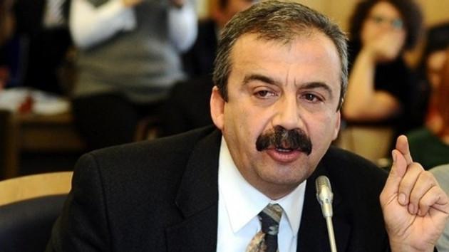 Erken seçim iddiasını kazanan Sırrı Süreyya Önder'e CHP'li vekillerden takım elbise