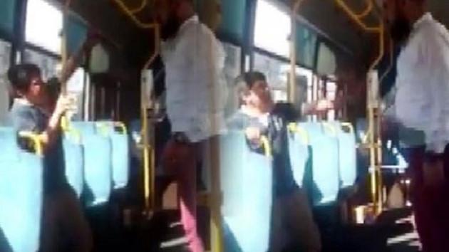 Simitci çocuğa otobüste kemerli dayak! Polis her yerde saldırganı arıyor