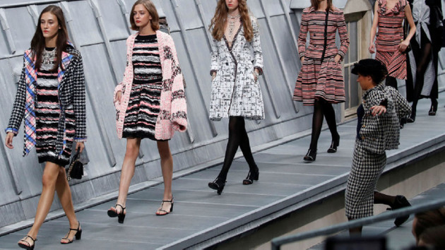 Chanel defilesinde podyumu basan komedyeni Gigi Hadid durdurdu