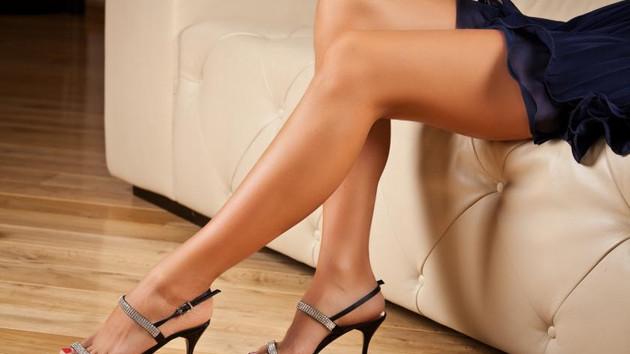 Üniversiteli bir genç kızın yüksek topuklarla imtihanı