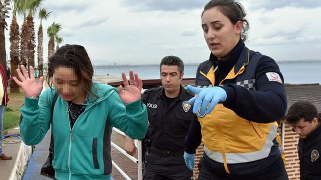 Genç kadın denize kıyafetleriyle girdi, çıkarıldı, dans edip uzaklaştı.