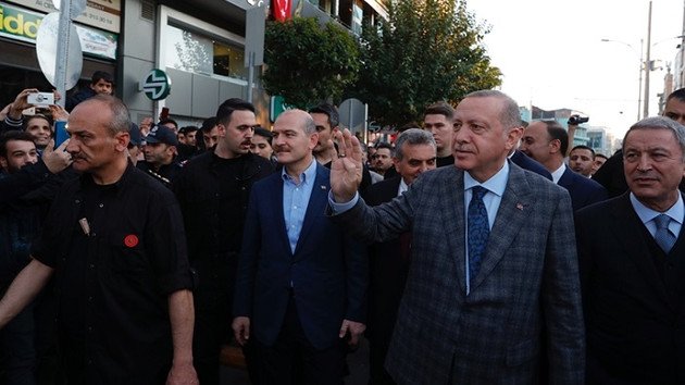 Erdoğan sokakta yürürken Şanlıurfaspor taraftarından ilginç protesto