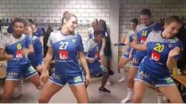 İsveçli kadın hentbolcuların soyunma odasındaki dans görüntüleri olay