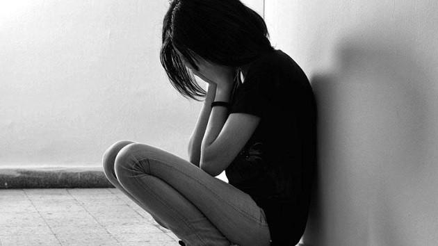 Genç kızların çıplak görüntülerini elde edip tuzağa düşürdü