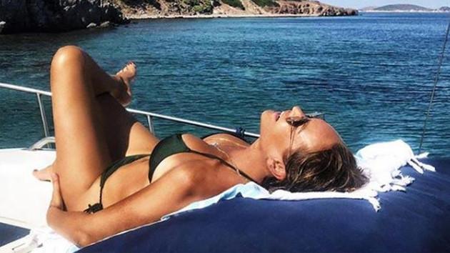 Hülya Avşar siyah bikinisiyle genç kızlara taş çıkarttı!