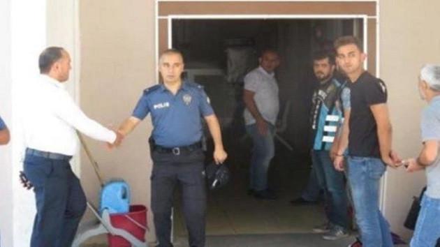 Trafik magandalarının elini sıkan polis amiri görevden alındı