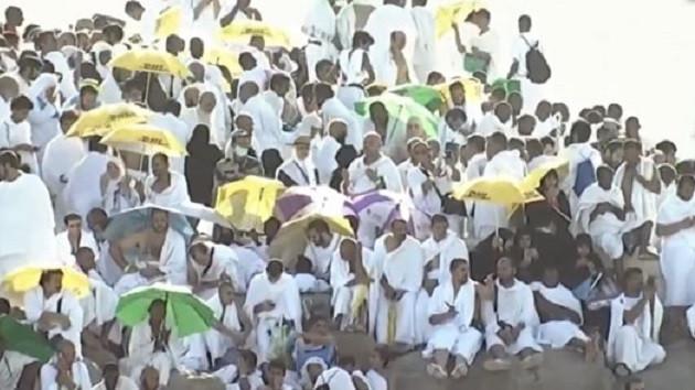 Suudilerin hacılara dağıttığı şemsiyeler Akit'i kızdırdı