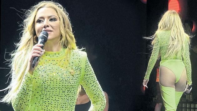 Hadise konserinde giydiği mayoyu annesine sordu