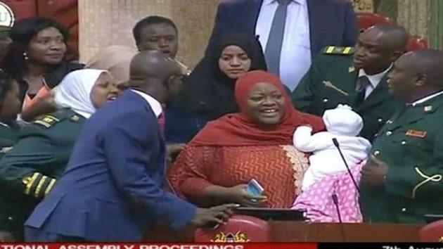 Parlamentoya bebeğiyle gelen milletvekili kadın zorla dışarı çıkarıldı!