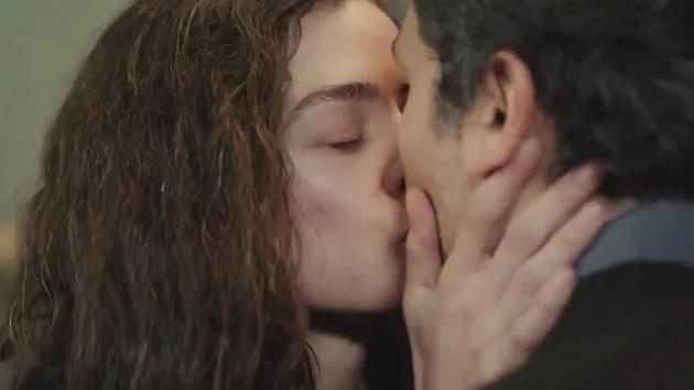 Kadın dizisine Bahar ve Arif'in öpüşme sahnesi damga vuracak!